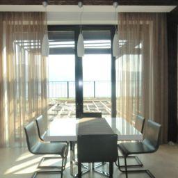 Гостиная совмещенная с кухней в Царевщине. На шторной ленте и со складками в ручную в гостиную. Современный стиль. Шторуз.ру