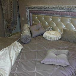 Сиреневая Спальня в загородном доме на Киевском шоссе. Комбинированные шторы на шторной ленте и со складками в ручную в спальню. Современный стиль. Шторуз.ру