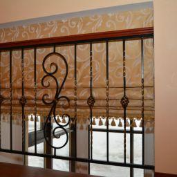 Римские шторы в доме на первом этаже (холл) . Римские шторы в прихожую. Классика. Шторуз.ру