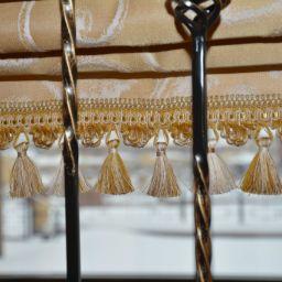 Римские шторы в доме на первом этаже (холл) . Шторы в прихожую. Шторуз.ру