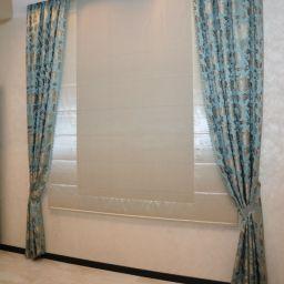 Римские шторы в кухню в доме. Дизайнер в салоне штор Куц Елена. Кухня. Пошив и фото штор в интерьере 2016