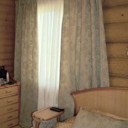 Спальня в деревенском домике. На шторной ленте и со складками в ручную в спальню. Кантри. Шторуз.ру