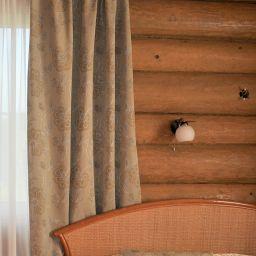 Спальня в деревенском домике. Настенный карниз в спальню. Шторуз.ру