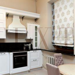 Кухня в квартире на Плотниковом. Потолочный карниз в кухню. Шторуз.ру