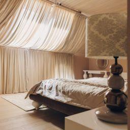 Спальня. На шторной ленте и со складками в ручную римские шторы в спальню. Классика. Шторуз.ру