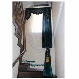Эксклюзивная вышивка для лестничного окна . Частный дизайнер по шторам Нуркиева Ирина. Холл, прихожая. Пошив и фото штор в интерьере 2016