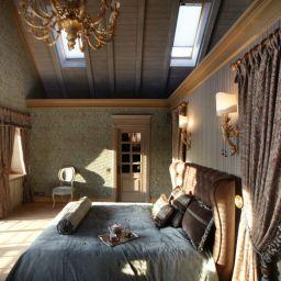 Спальня в уютном доме в Сареево. Салон штор DECORHOME. Спальня. Пошив и фото штор в интерьере 2016