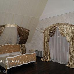 Шторы в загородном доме.Декорирование спальни с арочными окнами..  +7(812) 917-70-04. Пошив и фото штор в интерьере 2016