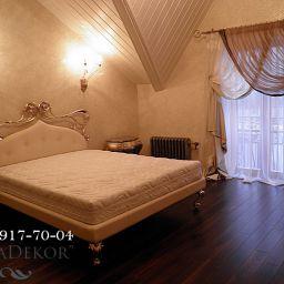 Шторы в загородном доме.Декорирование спальни с арочными окнами.. Шторы и карнизы . Шторуз.ру