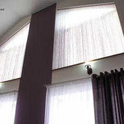 Современная гостиная в коттедже.. Частный дизайнер по шторам Иванова Юлия. Гостиная. Пошив и фото штор в интерьере 2016