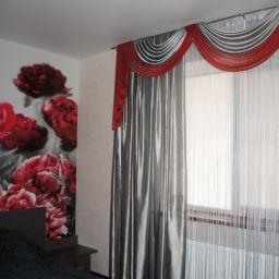 Серый+красный в спальне.. Частный дизайнер по шторам Иванова Юлия. Спальня. Пошив и фото штор в интерьере 2016